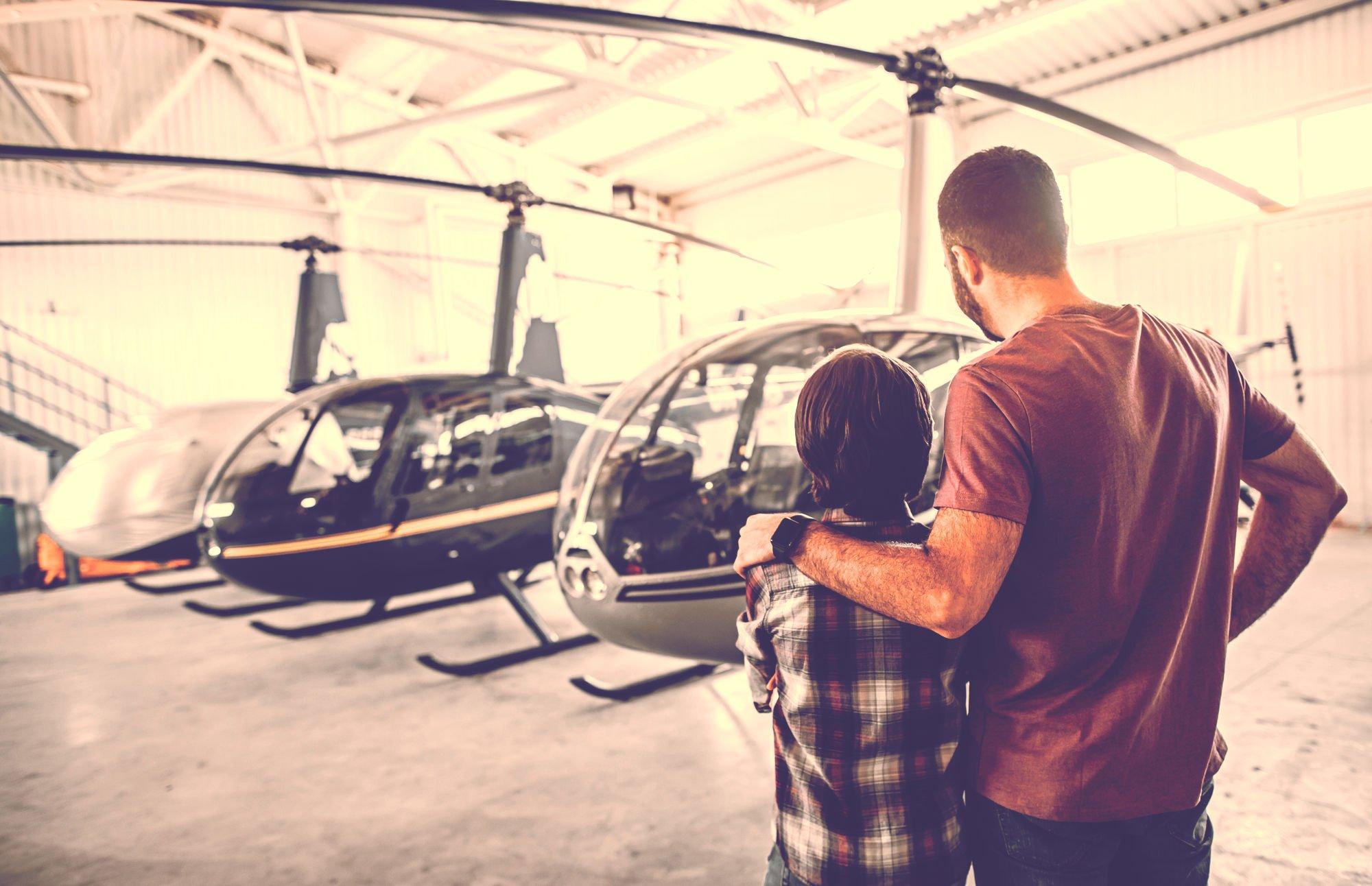 ヘリを眺める親子