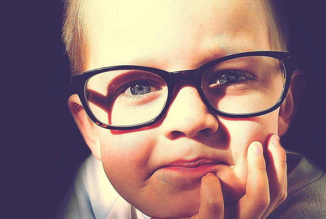 眼鏡をかけた男の子