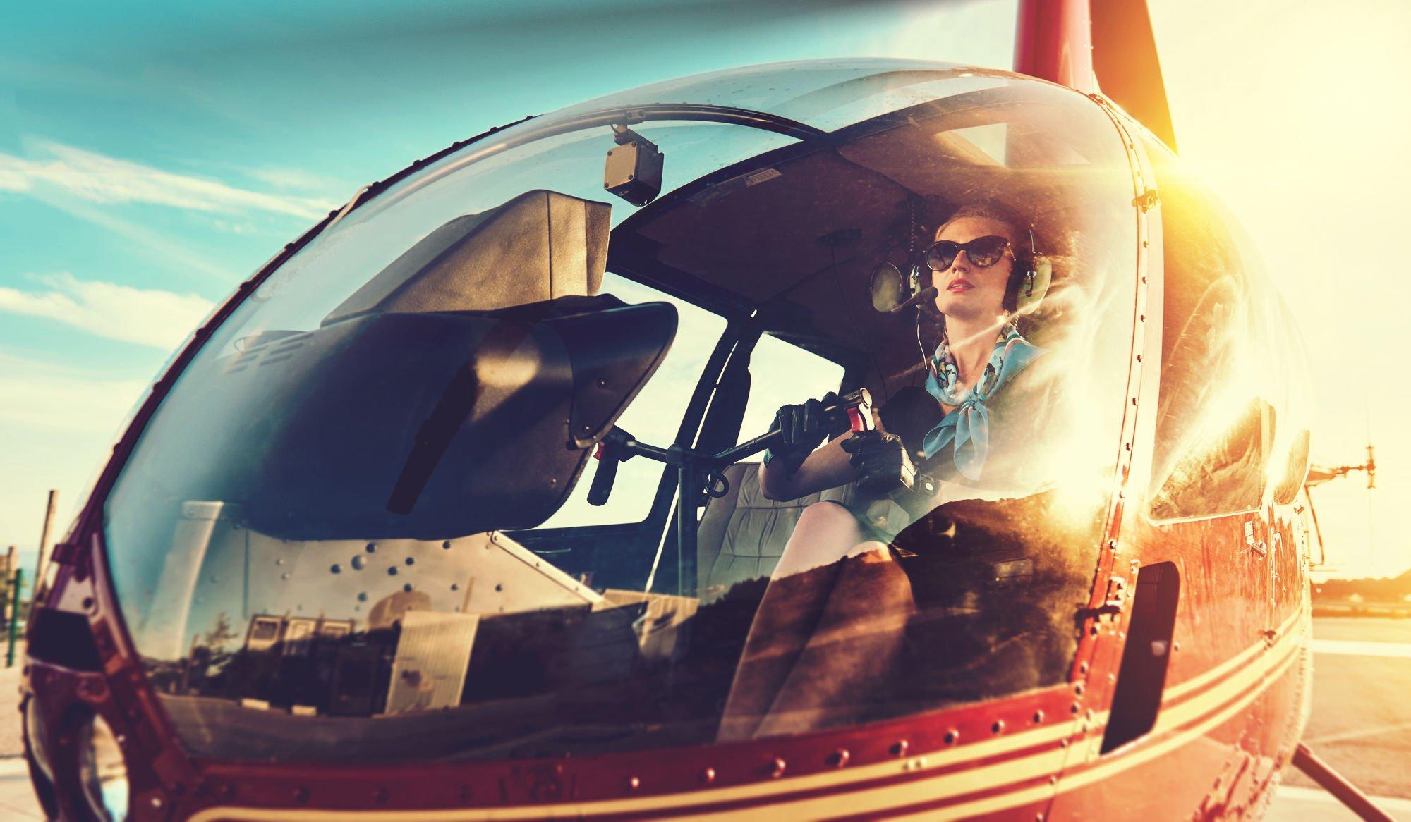 ヘリに乗る女性