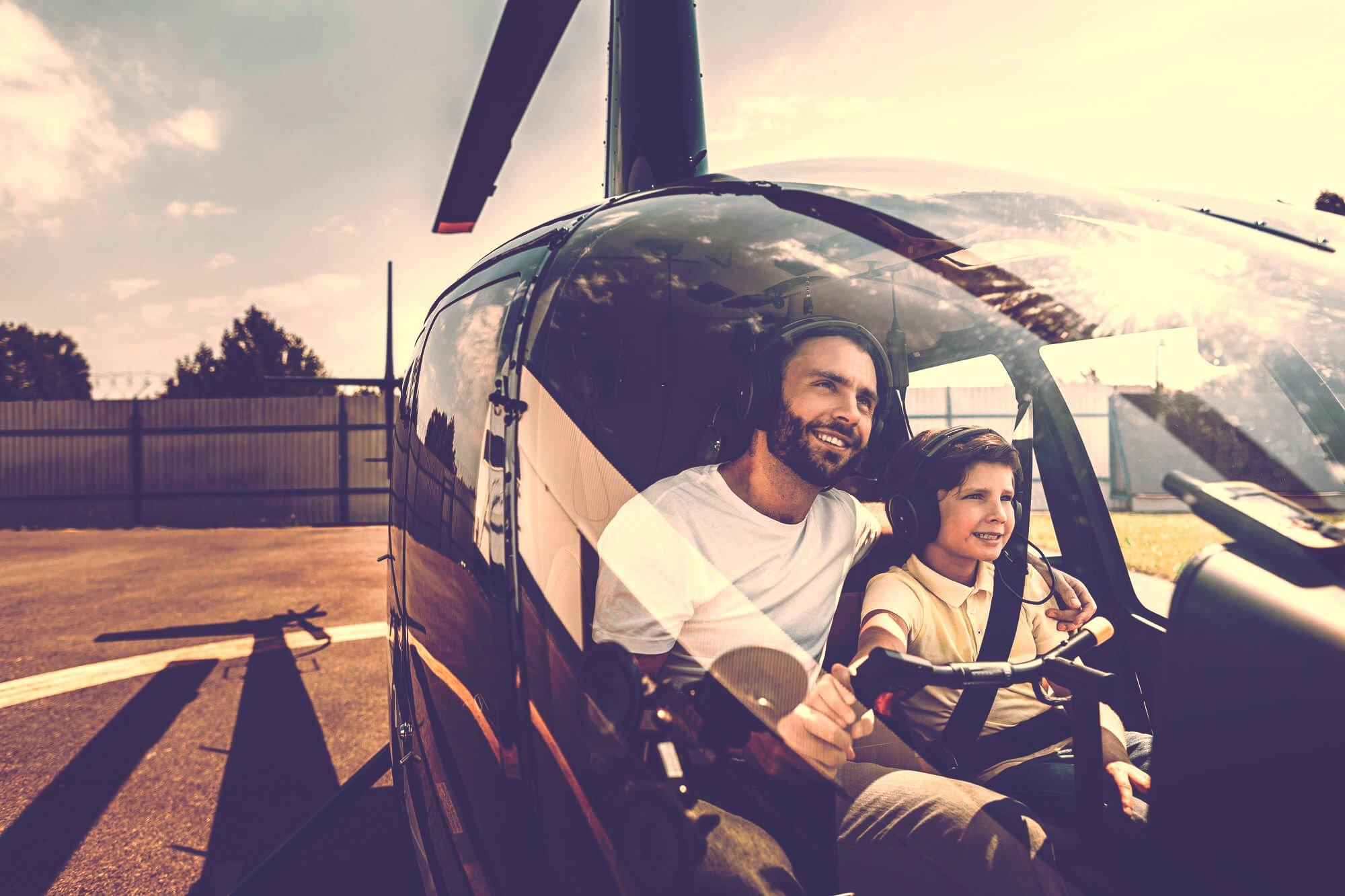 自家用ヘリに乗る親子